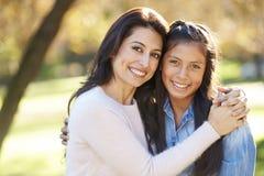 Portrait de mère et de fille dans la campagne Image libre de droits