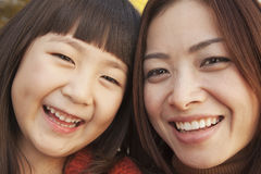 Portrait de mère et de fille en parc Photographie stock libre de droits