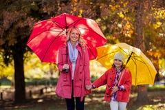 Portrait de mère et de fille heureuses au parc Image libre de droits