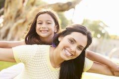 Portrait de mère et de fille hispaniques en parc Images libres de droits