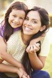 Portrait de mère et de fille hispaniques en parc Photos stock