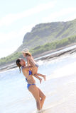 Portrait de mère et de fille sur le bord de la mer Photos libres de droits