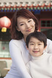 Portrait de mère et de fils à l'extérieur du bâtiment de chinois traditionnel Photos stock