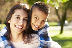 Portrait de mère et de fils dans la campagne Photo libre de droits