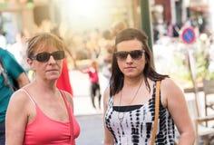 Portrait de mère et de fille dans la ville Photographie stock