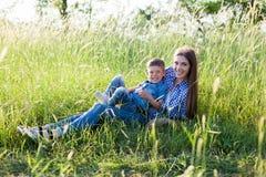 Portrait de mère et de fils contre la famille verte d'arbres photos libres de droits