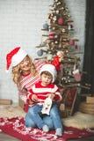 Portrait de mère et de fils heureux sur le fond de l'arbre de Noël dans la pièce de nouvelle année L'idée pour des cartes postale Photo libre de droits