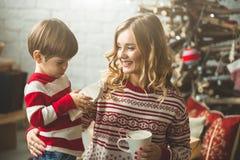 Portrait de mère et de fils heureux sur le fond de l'arbre de Noël dans la pièce de nouvelle année L'idée pour des cartes postale Images stock