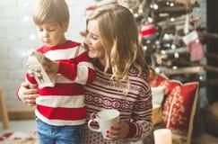 Portrait de mère et de fils heureux sur le fond de l'arbre de Noël dans la pièce de nouvelle année L'idée pour des cartes postale Photographie stock