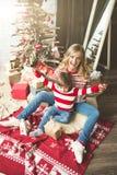 Portrait de mère et de fils heureux sur le fond de l'arbre de Noël dans la pièce de nouvelle année L'idée pour des cartes postale Photo stock