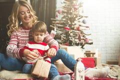 Portrait de mère et de fils heureux sur le fond de l'arbre de Noël dans la pièce de nouvelle année L'idée pour des cartes postale Photos stock