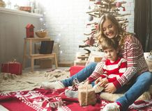 Portrait de mère et de fils heureux sur le fond de l'arbre de Noël dans la pièce de nouvelle année L'idée pour des cartes postale Image stock