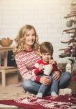 Portrait de mère et de fils heureux sur le fond de l'arbre de Noël dans la pièce de nouvelle année L'idée pour des cartes postale Images libres de droits