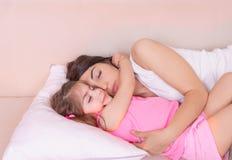 Portrait de mère et de son sommeil de fille ensemble photographie stock libre de droits