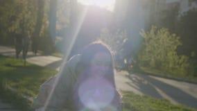 Portrait de mère heureuse et de fille jouant entourer autour au parc banque de vidéos