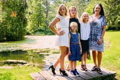 Portrait de mère heureuse posant avec des filles Images stock