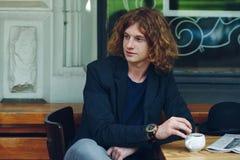 Portrait de mélange de café d'homme rougeâtre intéressant image libre de droits