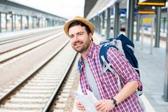 Portrait de m?le caucasien dans la station de train ferroviaire images stock
