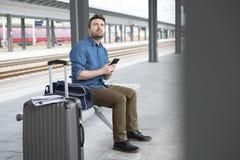Portrait de m?le caucasien dans la station de train ferroviaire image libre de droits
