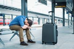 Portrait de m?le caucasien dans la station de train ferroviaire photos stock