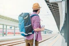 Portrait de m?le caucasien dans la station de train ferroviaire photo libre de droits