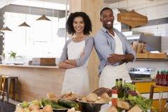 Portrait de magasin d'aliment biologique courant de couples ensemble images stock