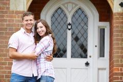Portrait de maison extérieure debout de couples affectueux Images libres de droits