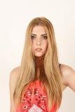 Portrait de mal comprendre la belle jeune femme blonde Photo stock