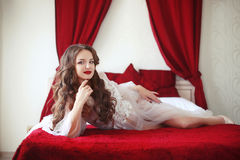 Portrait de mariage élégant de jeune mariée Fille sexy de brune avec les lèvres rouges Photographie stock