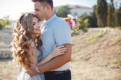Portrait de mariage des jeunes mariés dehors en été Photographie stock libre de droits