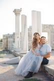 Portrait de mariage des jeunes mariés dehors en été Photo libre de droits