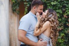 Portrait de mariage des jeunes mariés dehors en été Images stock