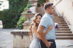 Portrait de mariage des jeunes mariés dehors en été Image libre de droits