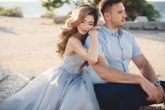 Portrait de mariage des jeunes mariés dehors en été Photo stock
