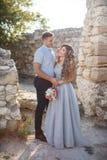 Portrait de mariage des jeunes mariés dehors en été Images libres de droits