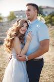 Portrait de mariage des jeunes mariés dehors en été Photos stock
