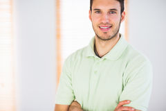 Portrait de masseur beau de sourire avec des bras croisés Photos stock