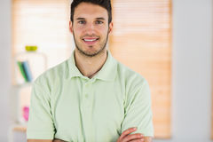 Portrait de masseur beau de sourire avec des bras croisés Images libres de droits