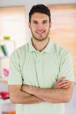 Portrait de masseur beau de sourire avec des bras croisés image stock
