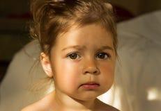 Portrait de matin de la pensée triste mignonne d'enfant Photographie stock libre de droits
