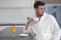 Portrait de matin de jeune homme beau avec la tasse de café photographie stock