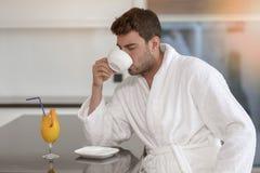 Portrait de matin de jeune homme beau avec la tasse de café images stock