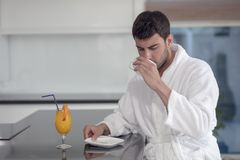 Portrait de matin de jeune homme beau avec la tasse de café photos stock