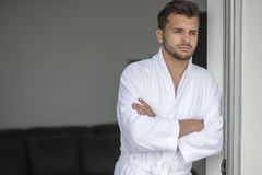 Portrait de matin de jeune homme beau dans le peignoir image stock