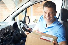 Portrait de messager In Van Delivering Package To House photographie stock
