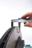 Portrait de mesure de disque de frein avec la main Photos stock