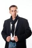 Portrait de modèle beau d'homme dans le manteau noir pour l'automne et le spri photographie stock libre de droits