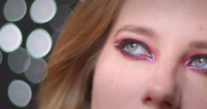 Portrait de modèle blond avec le maquillage lumineux observant être vers le haut rêveur sur le fond de bokeh clips vidéos