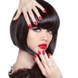 Portrait de modèle de brune de mode de beauté Clous Manicured photos libres de droits