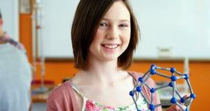 Portrait de modèle de expérimentation de molécule d'écolière heureuse dans le laboratoire clips vidéos